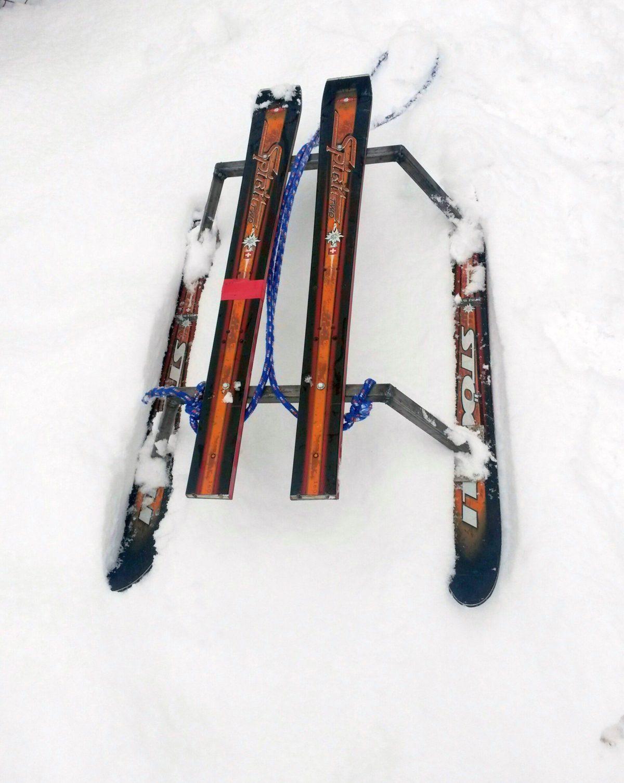Săniuța fuge – pe skiuri